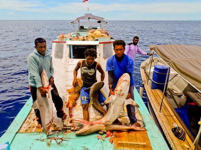 Illegale Fischer mit ihrem Fang (© CI/Photo by Abraham Goram)